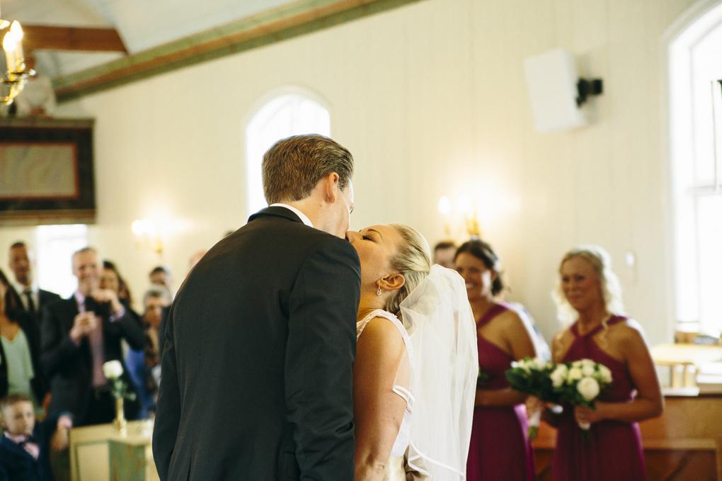 bröllop kinna svenasjö kapell kyss
